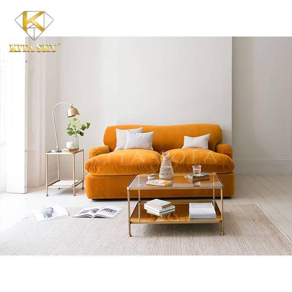 Sofa băng màu cam với phần đệm phồng êm ái