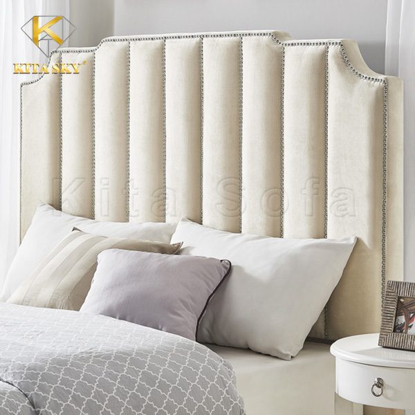 Bọc nệm đầu giường bằng vải màu kem đem lại sự thanh lịch và vẻ bừng sáng cho không gian.