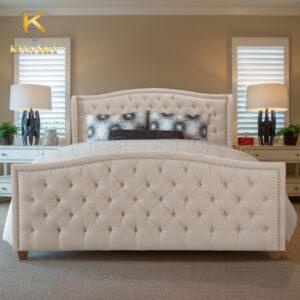Giường bọc nệm màu kem khiến phòng ốc tông nâu thêm thanh lịch và sang trọng.