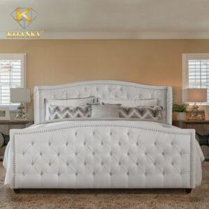 Thiết kế giường bọc nệm mang lại vẻ đẹp thư giãn tối đa. Tạo sự sang trọng cho phòng ngủ. Màu trắng mang tới vẻ đẹp sáng trong và tạo không gian thoáng đãng.