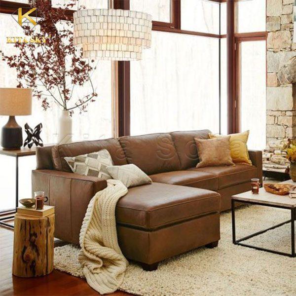 Mẫu sofa da phòng khách với màu nâu Nut brown khiến không gian nhìn tự nhiên và ấm cúng