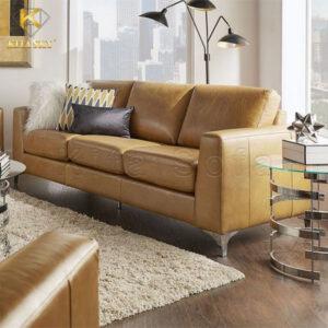 Mẫu ghế sofa da phòng khách màu nâu vàng lôi cuốn và tinh tế. Mẫu sofa văng 3 chỗ khá phù hợp cho nhà ở diện tích nhỏ tầm 15m2