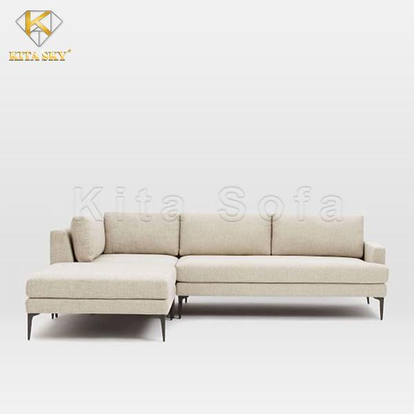Một mẫu ghế sofa góc phòng khách chung cư quen thuộc màu kem.