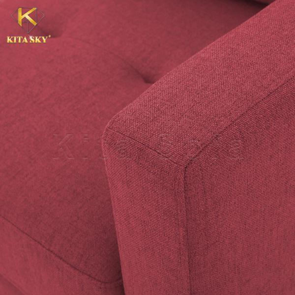 Cận cảnh mẫu sofa phòng khách bọc vải nỉ màu đỏ đô duyên dáng.