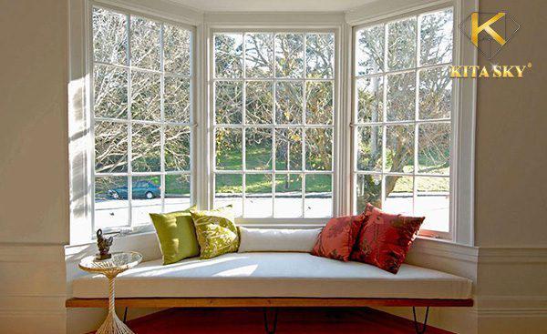 Phòng khách không sofa hãy sử dụng băng ghế dài đặt sát cửa sổ, Đó có thể là một chiếc ghế gỗ đặt lên một tấm nệm cho êm ái.