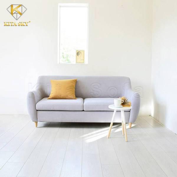 Bộ ghế sofa phòng khách đơn giản màu trung tính sẽ rất nhạt nhòa nếu căn phòng màu sáng. Chính vì thế, điều bạn cần làm là trang trí nó cùng chiếc gối ôm có gam màu nổi bật. Như màu vàng chẳng hạn? Ngoài ra thì bạn có thể thường xuyên thay đổi phong cách bằng việc thay đổi vỏ áo gối có gam màu khác. Như vậy thì không gian của bạn có thể thường xuyên được đổi mới. Rất hay đúng không nào.