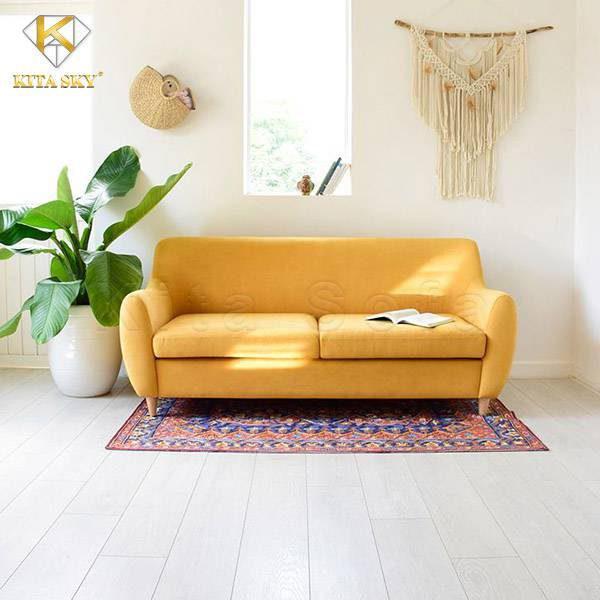 Nội thất sofa phòng khách đôi lúc không cần những bộ ghế quá cầu kỳ. Bạn chỉ cần một chiếc ghế nhỏ xinh có chậu cây trang trí đi kèm. Một chiếc thảm sợi có hoa văn tinh tế cùng một bức tranh hoặc đồ treo tường xinh xắn. Vậy là quá đủ cho một không gian đơn giản và tiện nghi.