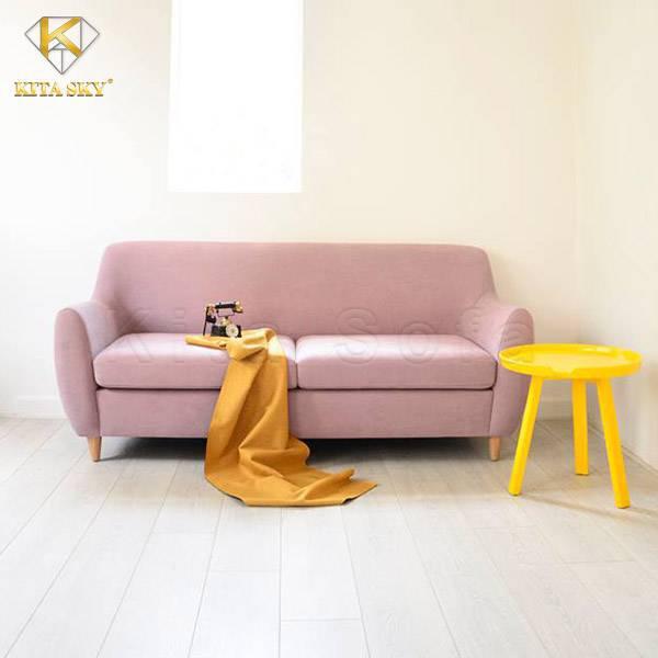Màu hồng luôn là gam màu mà hầu hết các cô nàng đều yêu thích. Bạn sở hữu một mẫu ghế sofa phòng khách đơn giản màu hồng và bạn sợ không gian bạn không mấy ấn tượng? Thế thì đừng ngại phối hợp với những món nội thất trang trí nhỏ xinh có gam màu vàng nhé. Thừa nhận đi, chính bạn cũng không nghĩ rằng 2 gam màu này lại ăn ý với nhau đến thế đúng không?