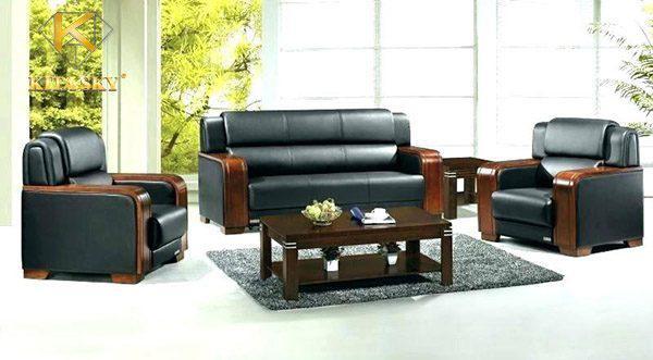 Sử dụng sofa da với phần tay gỗ vuông đặt trong văn phòng rất phù hợp