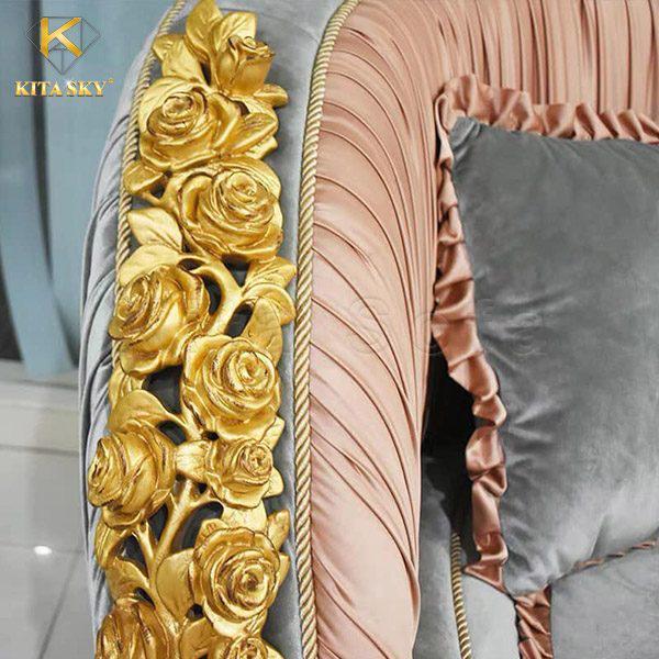 Thiết kế ấn tượng nhất là những cánh hoa hồng dát vàng xa hoa. Mẫu sofa phòng khách tân cổ điển Lux khiến người ta lưu luyến mãi chẳng quên.