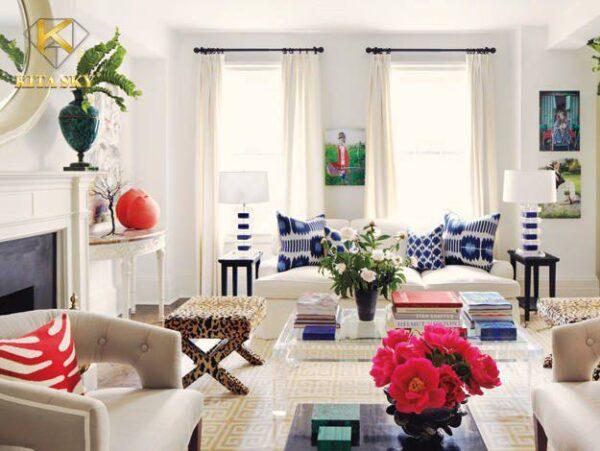 Kết hợp sofa băng màu trắng cùng nhiều vật trang trí không theo bất kỳ tông màu nào