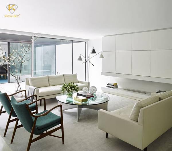 Nếu là một người yêu thiên nhiên, bạn có thể phối những bộ sofa phòng khách màu trắng chất lượng cùng chiếc ghế đơn màu xanh lá. Tạo điểm nhấn xung quanh bằng nhiều cây cối cũng là việc bạn nên làm.