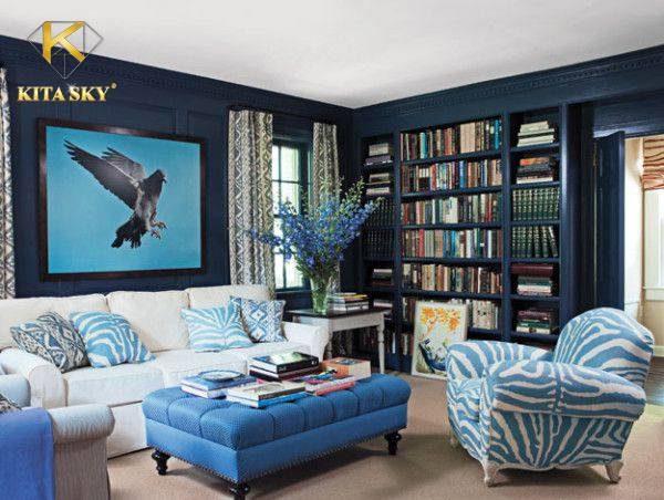 Những bộ ghế sofa phòng khách màu trắng sẽ phù hợp với nhiều gam màu. Bạn có thể phối chúng cùng gam màu đen và xanh dương. Sẽ là một ý tưởng nổi bật và hay ho.