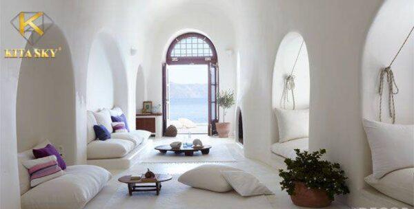 Sofa phòng khách màu trắng ấn tượng sẽ thêm ấm cúng khi phối cùng nội thất màu nâu. Cho không gian mơ mộng đầy ấn tượng có thể điểm xuyến thêm những chiếc gối ôm màu tím. Vô cùng bắt mắt và quyến rũ.