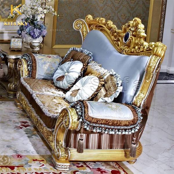 Luxe là mẫu ghế dát vàng với form dáng cực kỳ cuốn hút với các chi tiết đầy sắc sảo với những chi tiết đậm chất quý tộc.
