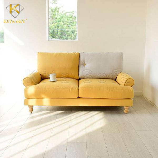 Có thể kê ghế sofa nhỏ gọn ở trước cửa sổ để đón ánh nắng tự nhiên tràn ngập căn phòng khách. Hoặc bạn có thể lựa chọn kê sát tường để chừa lối đi rộng thoáng, treo một bức tranh mà mình yêu thích ở khoảng tường phía sau sofa cũng là một ý tưởng không tồi.