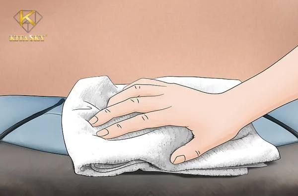 Dùng khăn khô thấm mực và lau chùi nhẹ nhàng là cách tẩy vết mực mới trên da đơn giản nhất