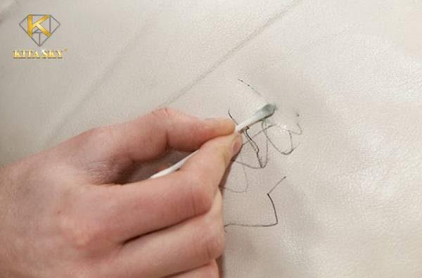 Cách xử lý vết mực trên ghế sofa da nhanh chóng, hiệu quả từ nội thất Kita