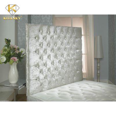 Tấm nỉ ốp tường kiểu nhỏ gọn như thế này cũng có thể tận dụng làm vách ốp đầu giường. Vừa ấn tượng lại vừa sang trọng