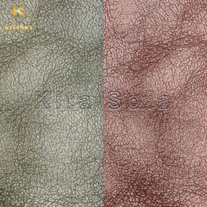 Vải may sofa hoa tiết vân da màu xanh - đỏ rượu giúp không gian nhà bạn nổi bật hơn. Tuy nhiên, đây là gam màu pha theo tông trầm nên bạn không sợ nó khiến không gian quá chói.