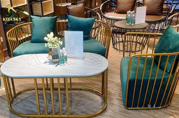Đóng ghế sofa cafe đẹp khung gỗ hay khung inox là lựa chọn của phần lớn khách hàng hiện nay.