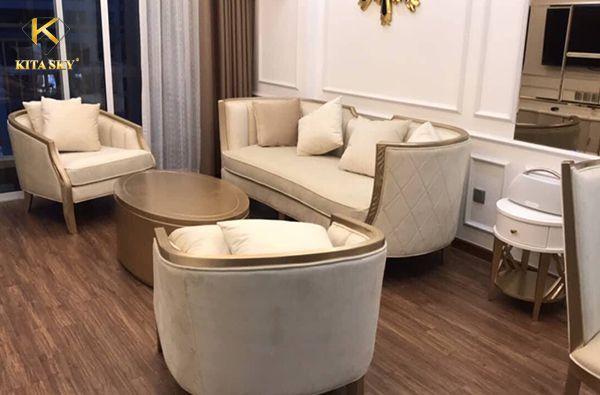 Sofa bọc vải nhung màu kem mang đến sự sang trọng và trang nhã cho không gian trang trí